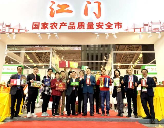 江门市副市长王长青(前排右5)、江门市农业农村局局长郑少强(前排左5)为江门市农产品点赞。