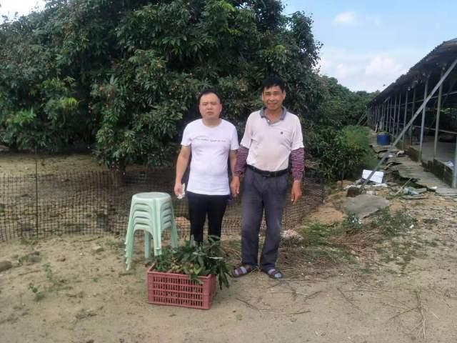 陈丽川(左)