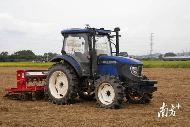 无人驾驶农机现场展示水稻旱直播技术